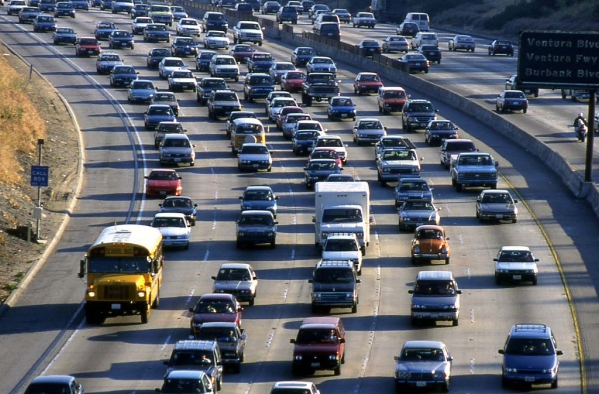 Many cars on a 5 line freeway